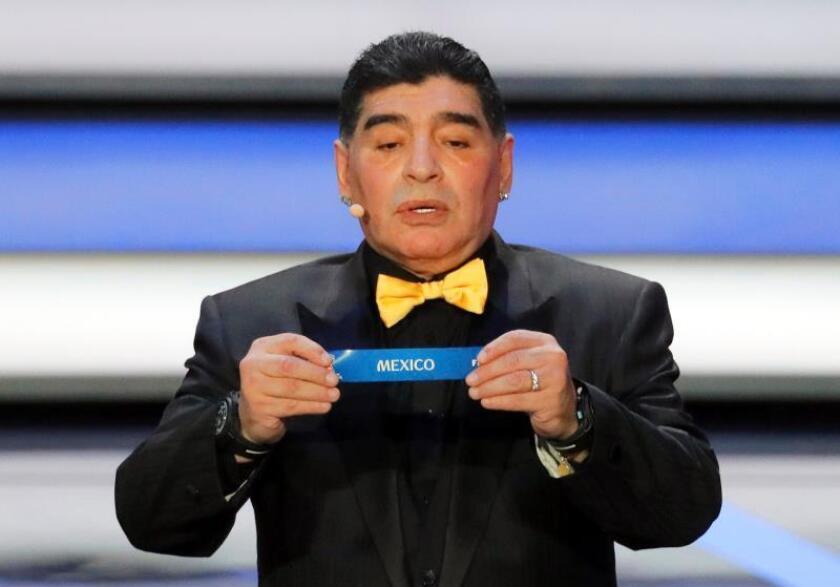 El exfutbolista argentino Diego Armando Maradona muestra la papeleta de México durante el sorteo del Mundial de Rusia 2018 que se celebra en el Palacio del Kremlin de Moscú, Rusia, el 1 de diciembre del 2017. EFE