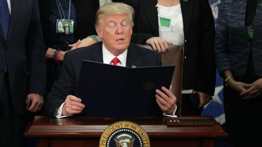 Una de las promesas más polémicas de Donald Trump en la campaña electoral de Estados Unidos se convirtió en una orden de gobierno este miércoles, firmada por el ahora presidente para levantar un muro entre su país y México.