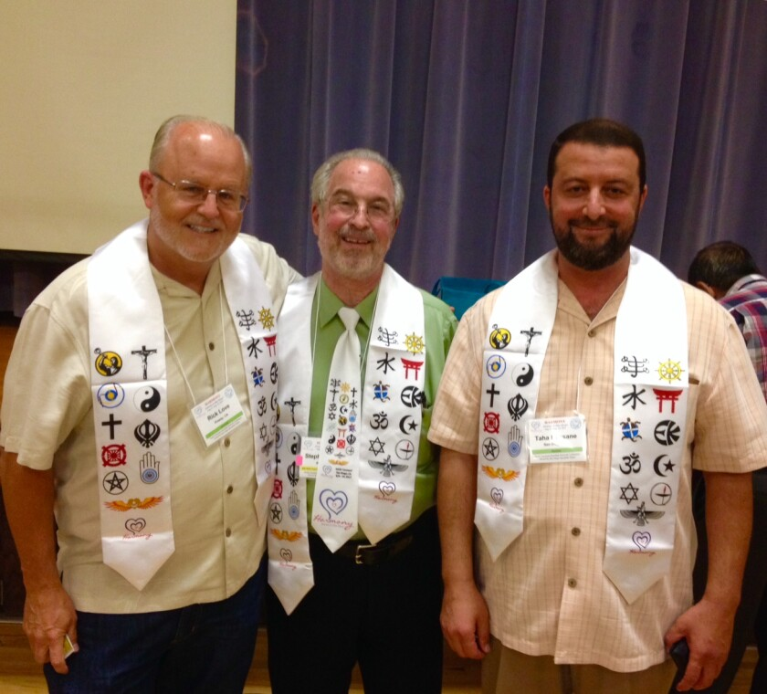 De izquierda a derecha, el Rev. Dr. Rick Love, líder cristiano, el Rev. Dr. Stephen Albert, director de World Interfaith Network y el Imán Taha Hassane, director del Centro Islámico de San Diego, estuvieron entre los oradores de la conferencia de la Red Interreligiosa Norteamericana, donde se dirigieron a más de 250 personas en representación de 20 religiones. La conferencia de 2017 condujo a la Semana de Concientización Interreligiosa, este año del 11 al 18 de agosto.