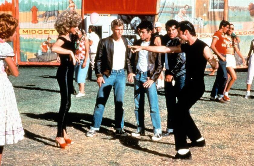 """Fotografía de archivo de una escena de la película """"Grease"""" interpretada por John Travolta y Olivia Newton-John. EFE"""