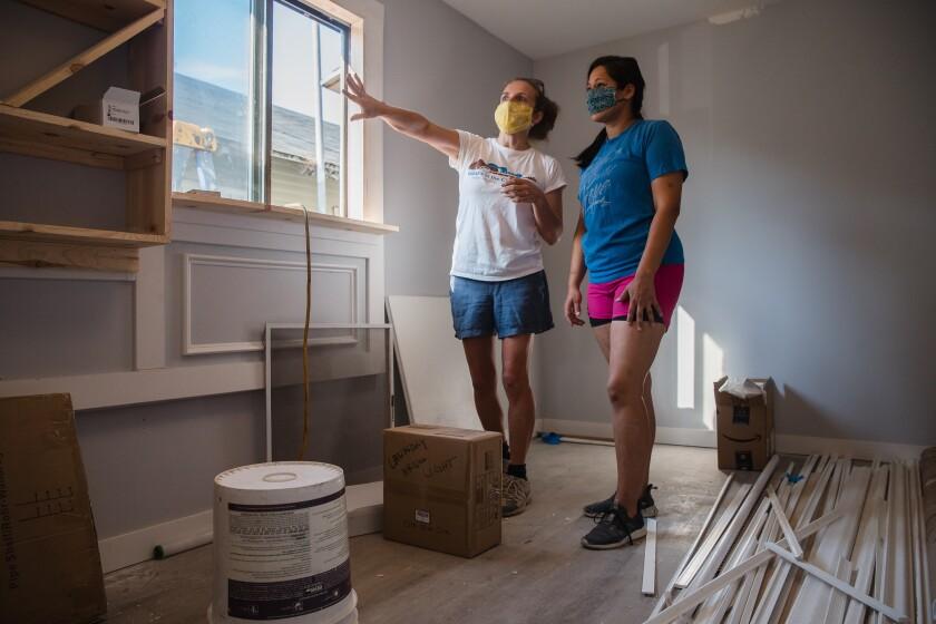 Ruth Haller (izquierda) y Pamela Macías de Girls With Power Tools, en su última remodelación en Barrio Logan.
