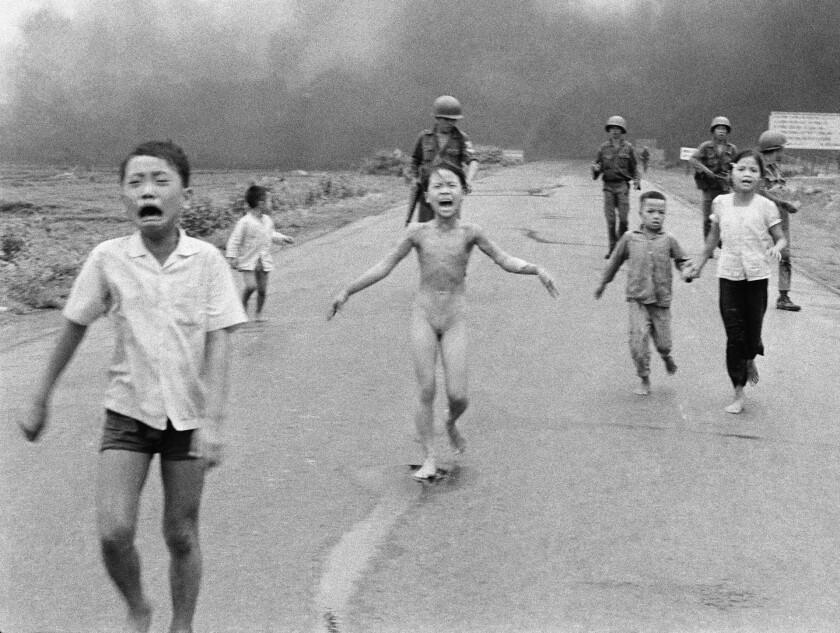 Fotografía de archivo del 8 de junio de 1972 de niños corriendo aterrorizados después de un ataque aéreo con napalm contra presuntos escondites del Viet Cong cerca de Trang Bang. Al centro, la niña de nueve años Kim Phuc. (AP Foto/Nick Ut, Archivo)