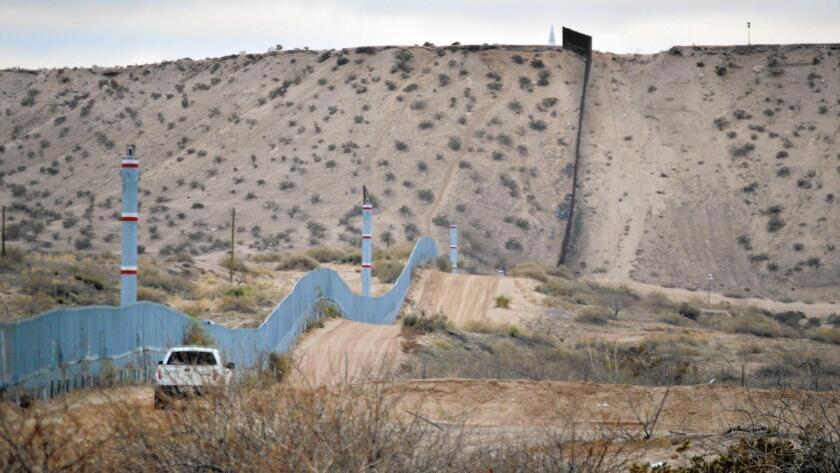 Foto de archivo. Un agente de la Patrulla Fronteriza maneja cerca del muro que divide la frontera entre México y Estados Unidos en Sunland Park, Nuevo México.
