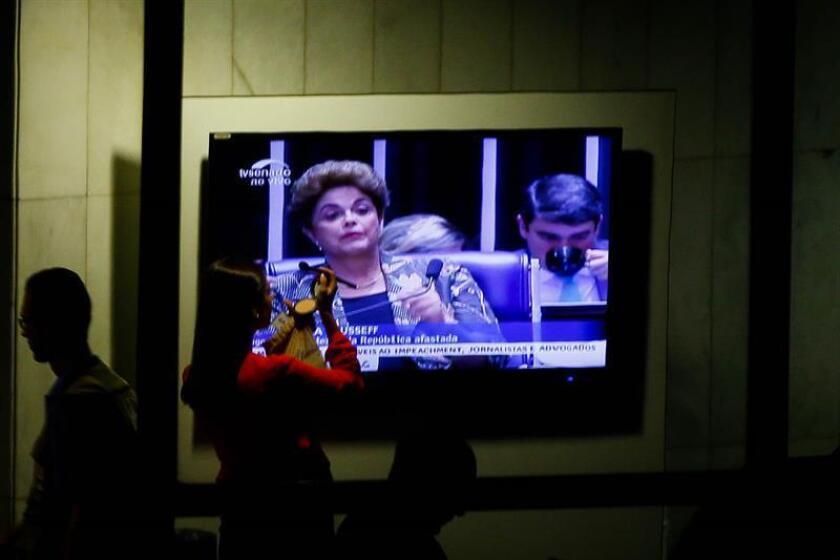 """La presidenta brasileña, Dilma Rousseff, presentó hoy sus últimos alegatos en el proceso que le puede costar el cargo y soportó un bombardeo de preguntas de senadores que piden su destitución y que, según sus palabras, sabían a """"injusticia""""."""