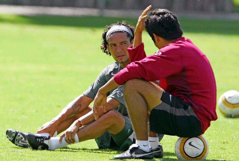 Jesus Arellano (I) habla con Jorge Campo