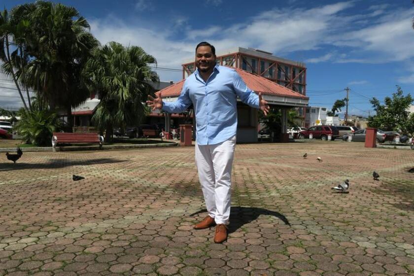 El salsero de origen puertorriqueño Carlos Mojica, quien se encuentra en Puerto Rico promocionando el tercer sencillo de lo que será su próxima producción, posa para Efe hoy, martes 27 de febrero de 2018, en la Placita Roosevelt en Hato Rey , San Juan (Puerto Rico). EFE