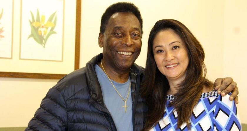 Pelé y su novia, la empresaria brasileña Marcia Cibele Aoki.