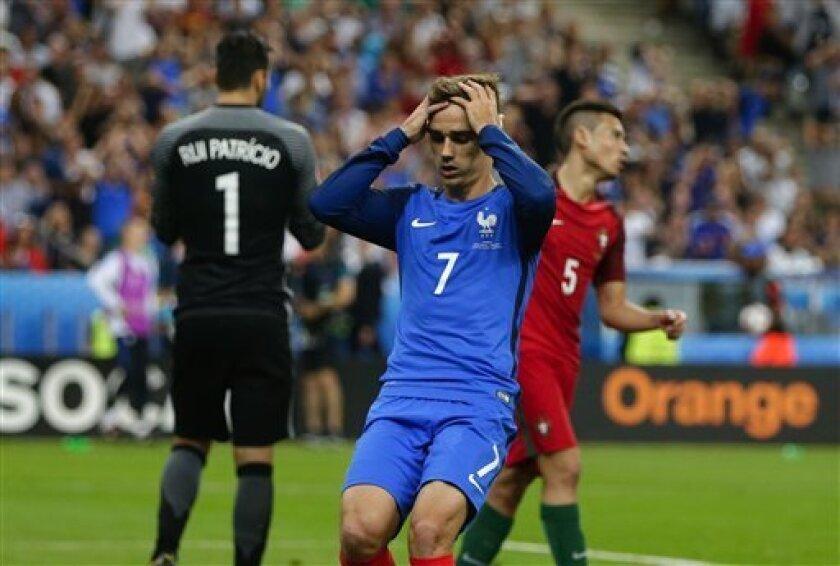 El jugador de Francia, Antoine Griezmann, centro, reacciona tras fallar una oportunidad de gol contra Portugal en la final de la Eurocopa el domingo, 10 de julio de 2016, en Saint-Denis, Francia. (AP Photo/Thanassis Stavrakis)