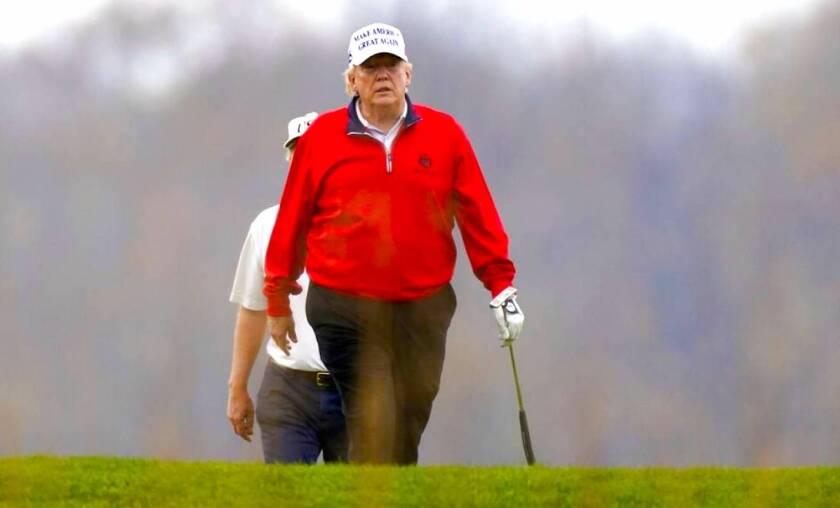 El presidente de Estados Unidos, Donald Trump, juega golf en su club privado en Virginia.