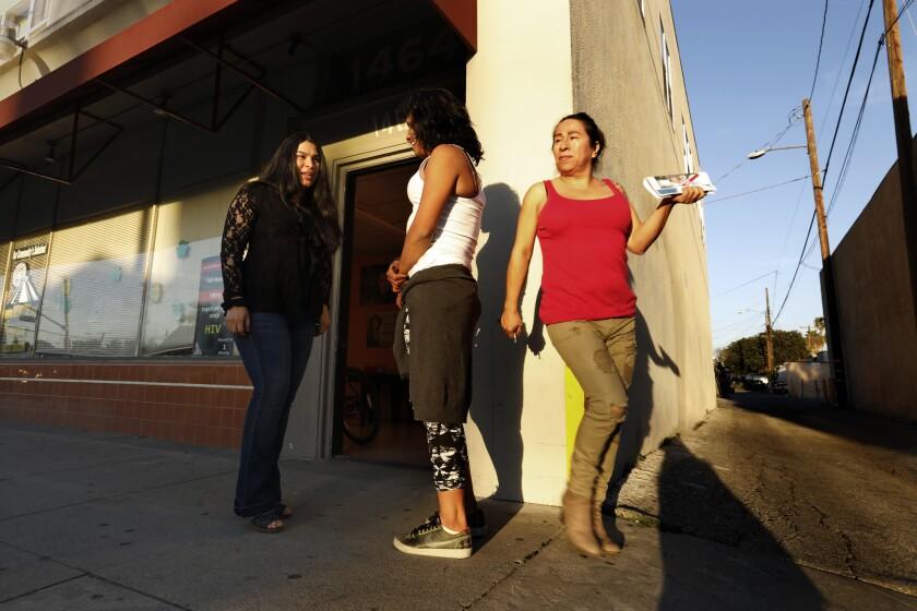 Jessica González, derecha, de 49 años, que vive en Compton y es originaria de Jalisco, sale de una reunión de mujeres transgénero en Long Beach. Carolyn Cole / Los Angeles Times