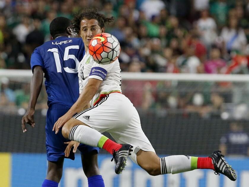 Andrés Guardado controla un balón en el juego ante Guatemala, por la Copa Oro.