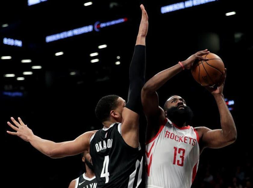 James Harden (d) de Houston Rockets en acción contra Jahlil Okafor (i) de los Brooklyn Nets ayer martes 6 de febrero de 2018, durante un partido de la NBA disputado en el Barclays Center de Brooklyn, en Nueva York (EE.UU.). EFE/Archivo