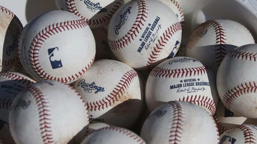 ARCHIVO - En esta foto del 14 de febrero de 2020, se aprecian varias pelotas de béisbol