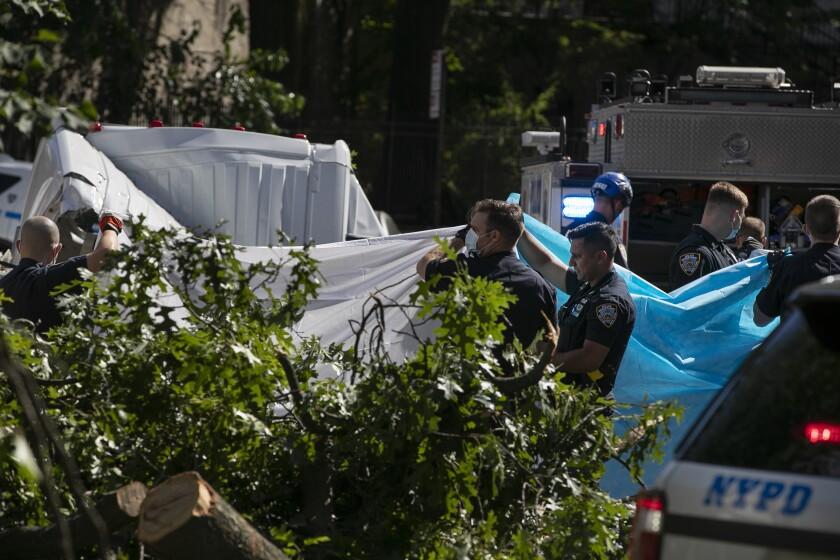 Policías de la ciudad de Nueva York tapan de la vista a una persona que murió después de tormenta tropical Isaías