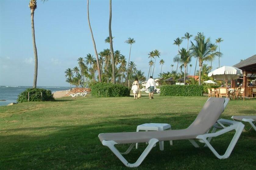 Playa y zonas verdes de un hotel de Río Grande. EFE/Archivo