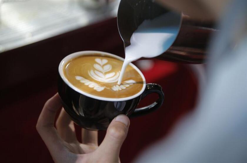 El consumo igual o mayor a cuatro tazas de café al día podría generar dependencia a la cafeína, cuyos síntomas y tratamiento son similares a los de otras drogas, dijo a Efe José Antonio Leyva, especialista en servicios de apoyo metabólico y nutrición. EFE/Archivo