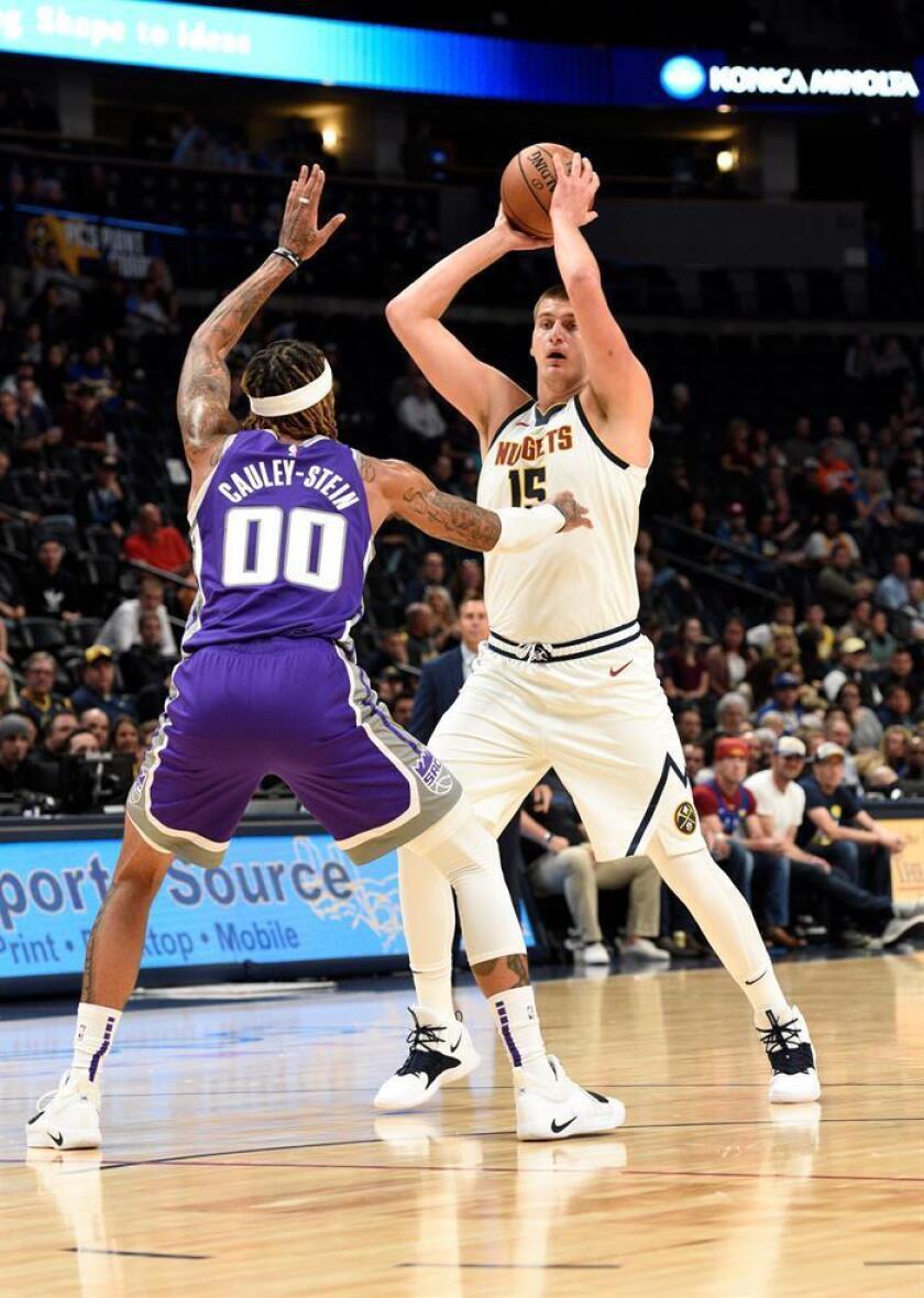 En la imagen, el jugador Willie Cauley-Stein (i) de los Kings de Sacramento Kings en acción ante Nikola Jokic (d) de los Nuggets de Denver. EFE/Archivo