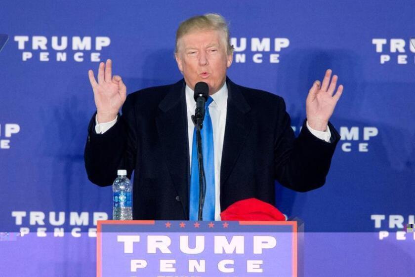 """El presidente electo, Donald Trump, aseguró hoy que """"las empresas no se van a ir de EEUU nunca más sin consecuencias"""" en su visita a una fábrica en Indianápolis (Indiana), con la que alcanzó un acuerdo para mantener un millar de empleos que la compañía preveía trasladar a México. EFE/ARCHIVO"""