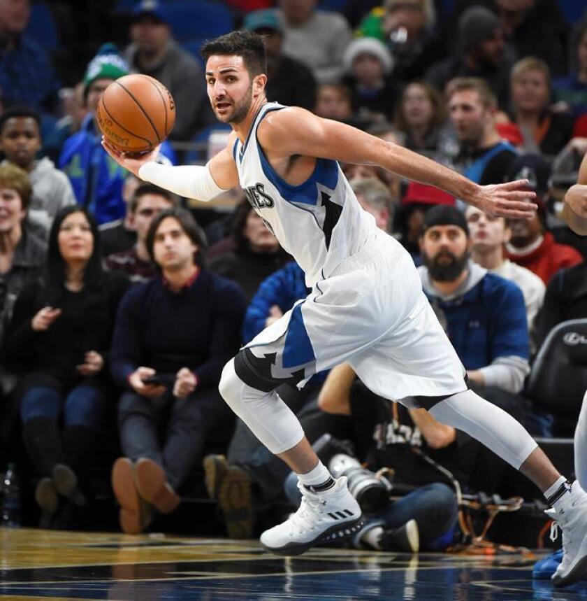 El español Ricky Rubio de Minnesota Timberwolves avanza con el balón ante Sacramento Kings en un juego de la NBA en Target Center en (EE.UU.). EFE