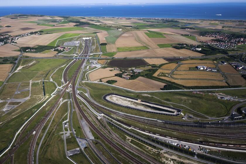 Vista aérea del Eurotúnel en Calais, norte de Francia, el 24 de agosto del 2016. (AP Photo/Michel Spingler, File)