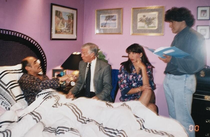 En una escena Héctor Suárez comparte con sus colegas en el set.