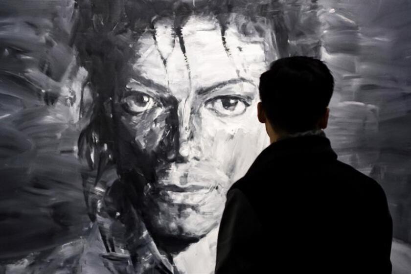 Un visitante observa las obras del artista chino Yan Pei-Ming en las que aparece Michael Jackson, como parte de la exposición ''Michael Jackson: en la pared'', en el Grand Palais de París (Francia), el 21 de noviembre de 2018. EFE/Archivo