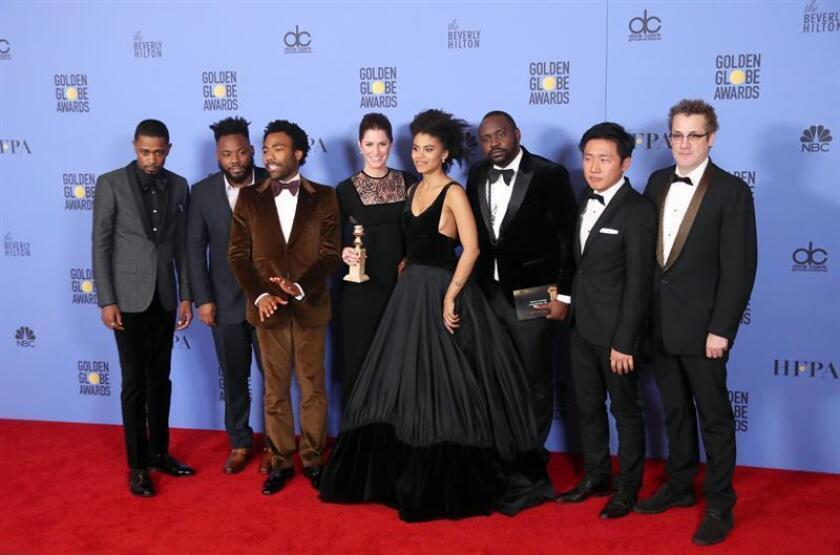 """Elenco de la serie """"Atlanta"""" posa con el premio que obtuvo a la serie de comedia o musical en la 74 edición de los Globo de Oro. EFE"""