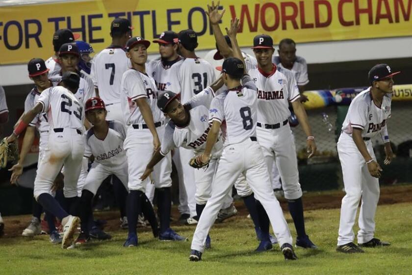 Jugadores panameños durante un juego entre Panamá y República Dominicana en el Mundial sub 15 de béisbol de la Confederación Mundial de Béisbol y Sóftbol (WBSC), en el estadio Kenny Serracín de David (Panamá). EFE/Archivo