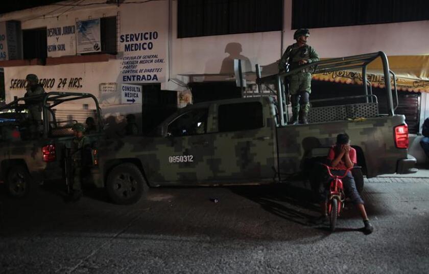 Miembros del Ejército mexicano patrullan calles hoy, jueves 4 de enero de 2018, en Chilpancingo Guerrero (México). Fuerzas estatales, la Policía Federal y el Ejército Mexicano asumieron hoy la seguridad en Chilpancingo ante la sospecha de posibles delitos de policías municipales, informó hoy el gobierno del sureño estado mexicano de Guerrero. EFE