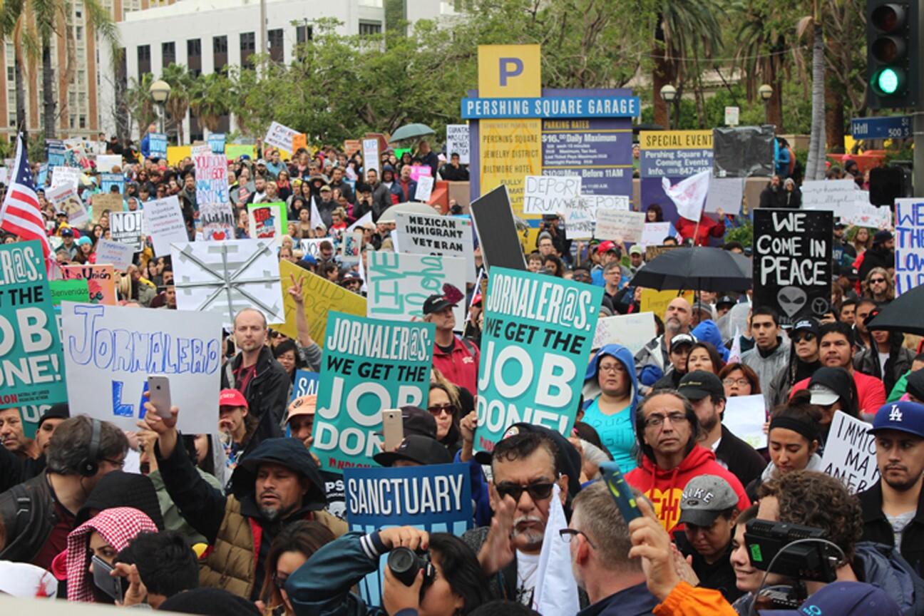 Miles de manifestantes se reunieron en Pershing Square y empezaron a caminar por las calles 5 y Hill.