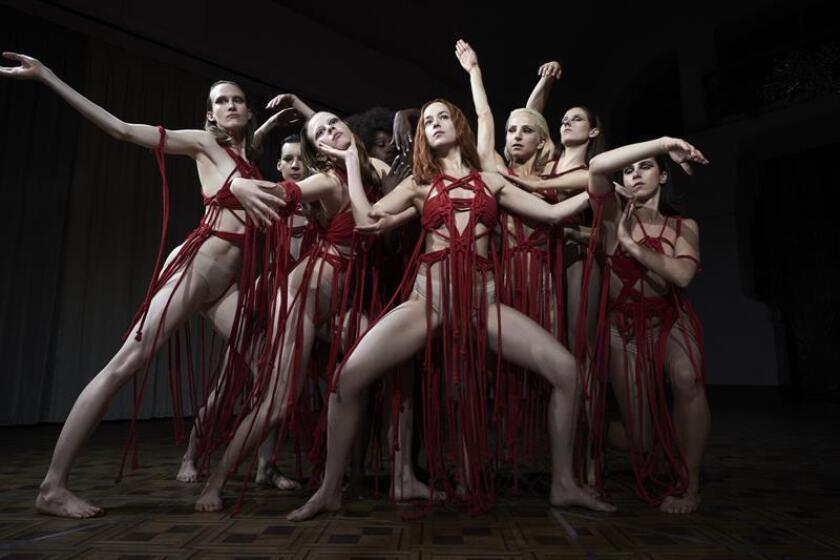 """Fotograma cedido por Amazon Studios hoy, jueves 25 de octubre de 2018, de la película de terror """"Suspiria"""" que constituye unas las principales novedades del fin de semana en la cartelera. """"Suspiria"""", del italiano Luca Guadagnino, es una nueva versión del clásico de Dario Argento de 1977 que cuenta cómo una compañía de danza de renombre mundial se ve envuelta en una serie de extraños sucesos que atañen a su directora artística, a una bailarina joven y ambiciosa y a un psicoterapeuta afligido. EFE/Alessio Bolzoni/Cortesía Amazon Studios/SOLO USO EDITORIAL/NO VENTAS"""