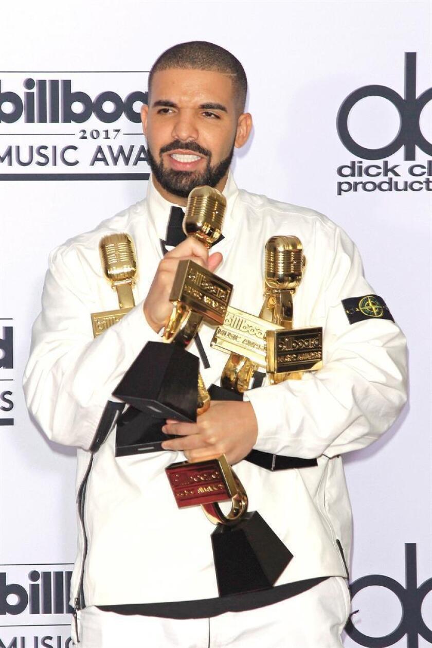 El rapero estadounidense Drake posa junto a sus galardones durante los Premios Billboard 2017 en el T-Mobile Arena, en Las Vegas (EE.UU), el 21 de mayo 2017. EFE/Archivo