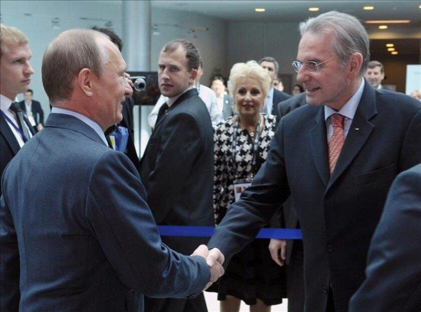 El presidente ruso, Vladímir Putin (izq), saluda al presidente del Comité Olímpico Internacional (COI), Jacques Rogge (der), durante la reunión de la comisión ejecutiva del COI. EFE