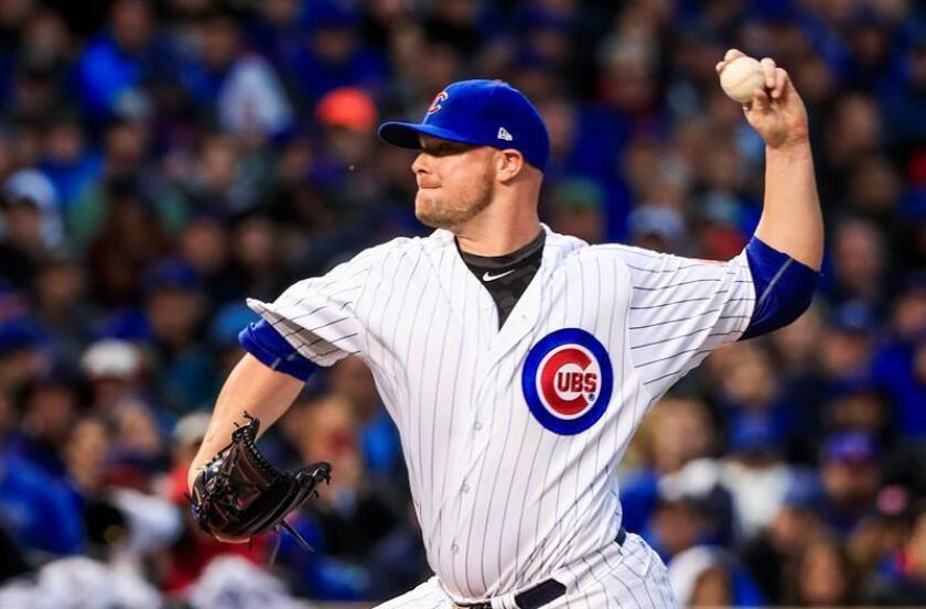 El jugador de los Cachorros de Chicago Jon Lester lanza una bola, durante el partido de eliminatorias de la Liga Mayor de Béisbol (MLB). EFE/Archivo
