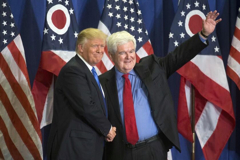 Donald Trump, a la izquierda, junto con Newt Gingrich, a la derecha, frente a una multitud en Cincinnati el 6 de julio del 2016. (AP Foto/John Minchillo)