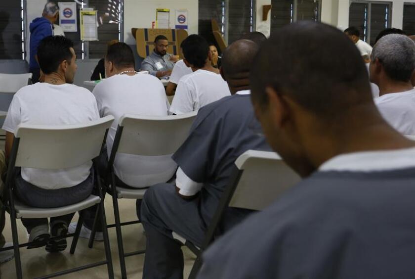Vista de varios prisioneros en un salón del Complejo Correccional de Bayamón, Puerto Rico. EFE/Archivo