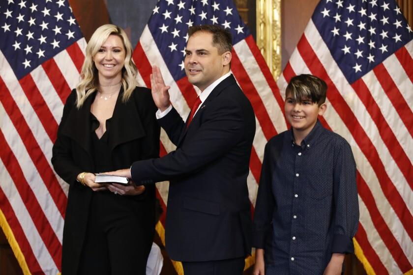 Fotografía de archivo del 19 de mayo de 2020 del representante republicano Mike Garcia (al centro), su esposa Rebecca y su hijo Preston, durante una ceremonia en el Capitolio, en Washington. (AP Foto/Patrick Semansky, Archivo)
