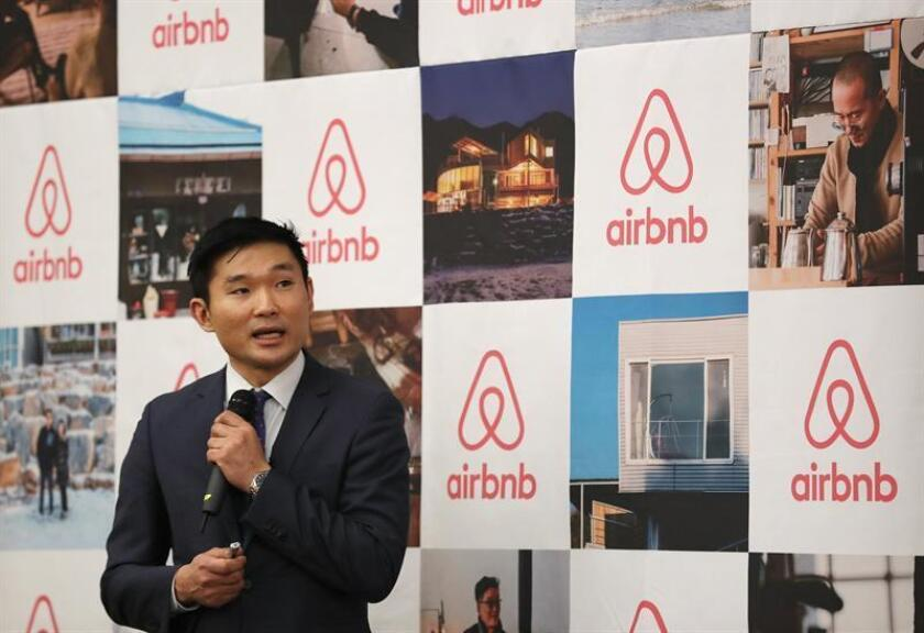 Un directivo de Airbnb Corea ofrece una rueda de prensa en Seúl (Corea del Sur). EFE/Archivo