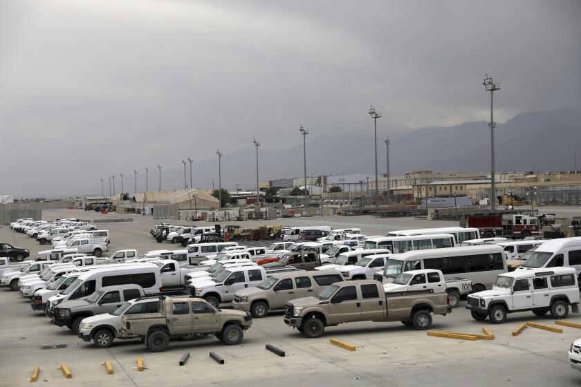 ARCHIVO - En esta imagen del 5 de julio de 2021, vehículos estacionados en el Aeródromo de Bagram