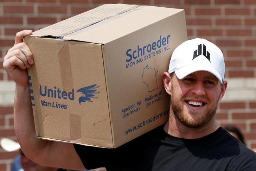 Houston Texans defensive end J.J. Watt holds a box of relief supplies on his shoulder while handing them out to people impacted by Hurricane Harvey, in Houston, Texas, USA. EFE/Archivo