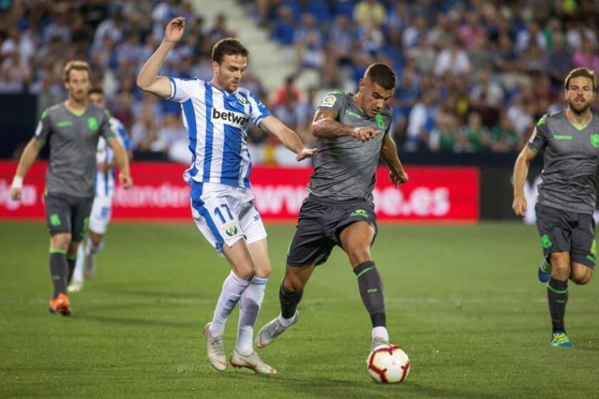 El defensa francés de la Real Sociedad, Theo Hernández (d), conduce el balón ante el acoso del centrocampista del Leganés, Javier Eraso, durante el encuentro correspondiente a la segunda jornada de primera división. EFE/Archivo