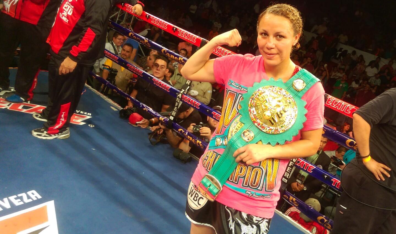 Zulina 'La Loba' Muñoz celebra tras frmar la novena defensa de su título mundial Supermosca WBC.
