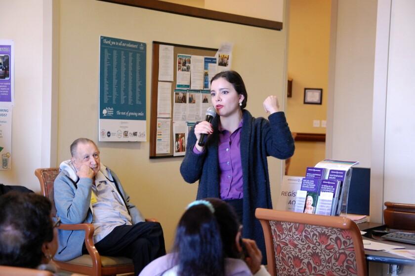 Carolina Gutiérrez, educadora comunitaria y voluntaria con la Alzheimer's Association durante una presentación en St. Paul's PACE en Chula Vista el 28 de enero de 2019.