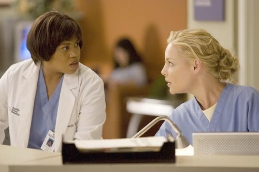 Chandra Wilson and Katherine Heigl in 'Grey's Anatomy'