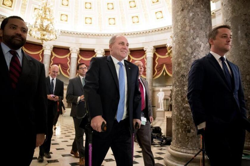 El representante republicano de Louisiana, Steve Scalise (c), recorre el Salón de las Estatuas hasta el piso de la Cámara de Representantes. EFE/Archivo