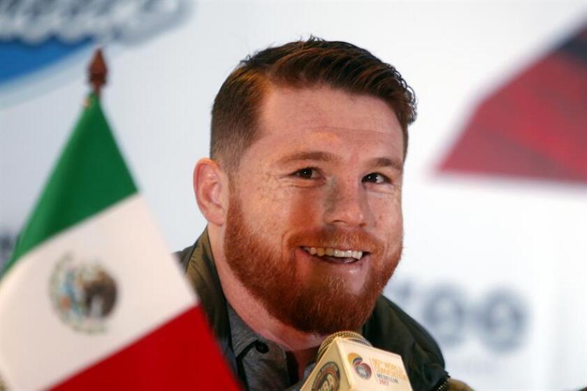 """El boxeador mexicano Saúl """"Canelo"""" Álvarez habla en una conferencia de prensa. EFE/Archivo"""