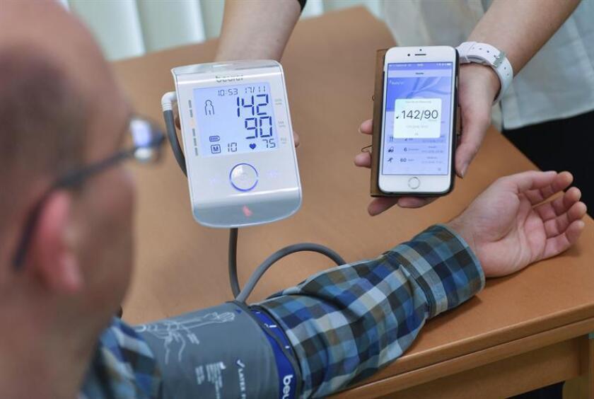 Investigadores de la Universidad de Stanford (Califonia) publicaron hoy en la revista PLOS Biology un estudio con el que lograron establecer el momento en el que las personas enferman a través de los datos recopilados por sensores portátiles. EFE/ARCHIVO
