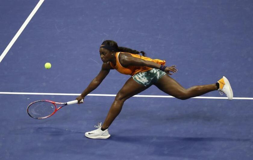Sloane Stephens de Estados Unidos devuelve la bola a la belga Elise Mertens durante el séptimo día del Abierto de Estados Unidos, hoy domingo 2 de septiembre, en el USTA National Tennis Center en Nueva York, Estados Unidos. EFE