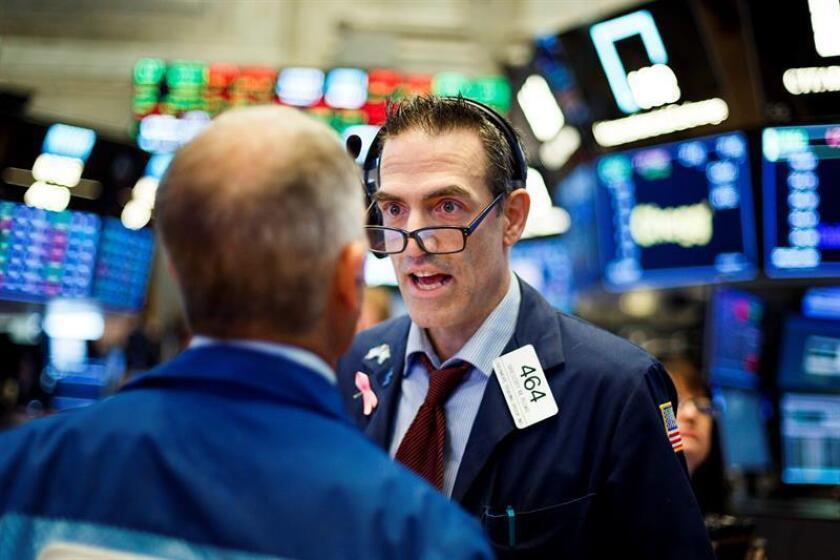 Varios trabajadores conversan en la Bolsa de Wall Street, Nueva York (Estados Unidos). EFE/ARCHIVO