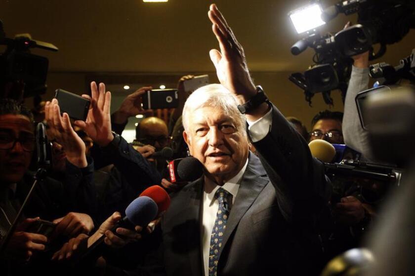 El presidente electo de México, Andrés Manuel López Obrador (c), saluda a su llegada hoy, miércoles 4 de julio de 2018, a una reunión con empresarios, en Ciudad de México (México). EFE